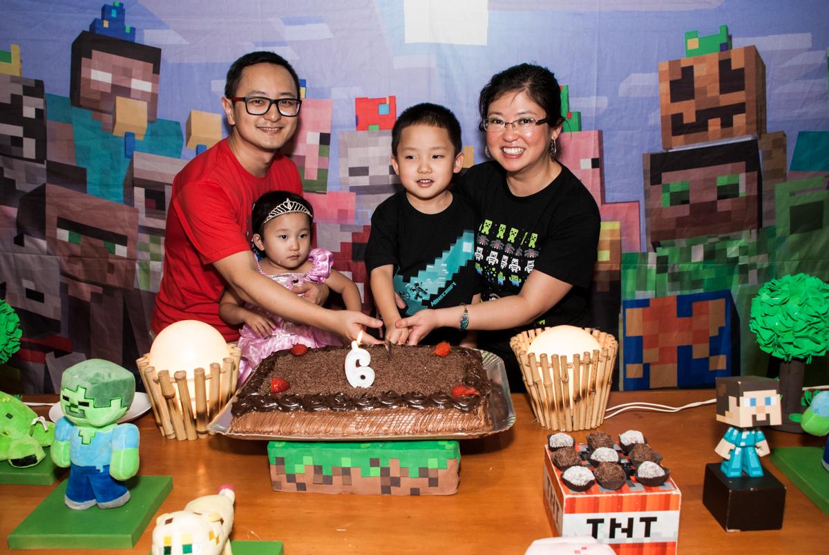 cortando o primeiro pedaço de bolo no Buffet Vila Party, Moema, São Paulo, aniversario de Eduardo 6 anos, tema da festa Mini Craft