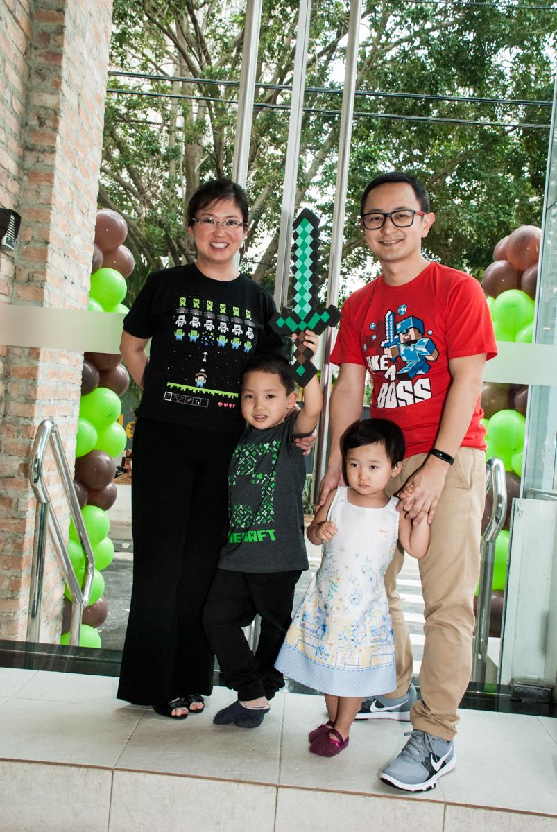 entrada da família para a festa no Buffet Vila Party, Moema, São Paulo, aniversario de Eduardo 6 anos, tema da festa Mini Craft