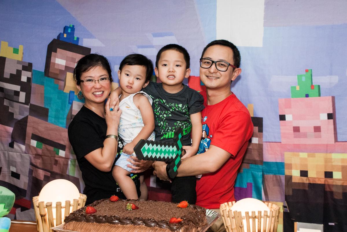 família na mesa temática no Buffet Vila Party, Moema, São Paulo, aniversario de Eduardo 6 anos, tema da festa Mini Craft