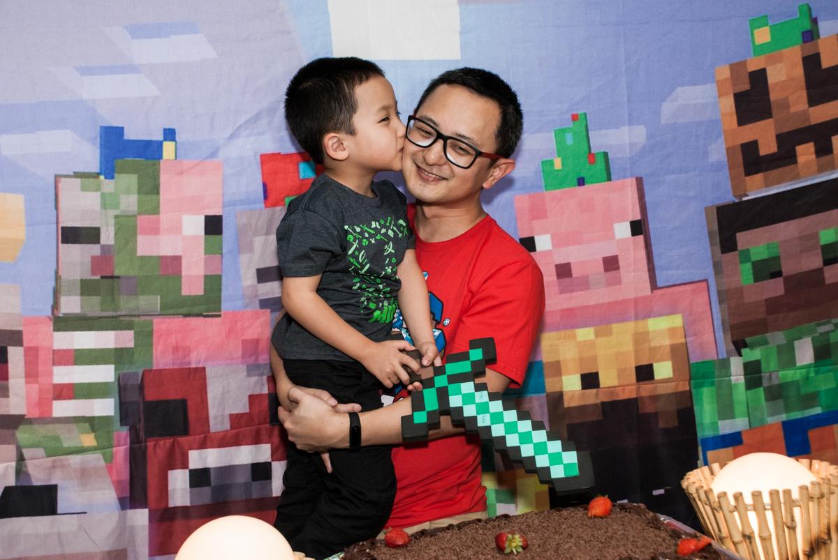 beijo carinhoso no papai no Buffet Vila Party, Moema, São Paulo, aniversario de Eduardo 6 anos, tema da festa Mini Craft