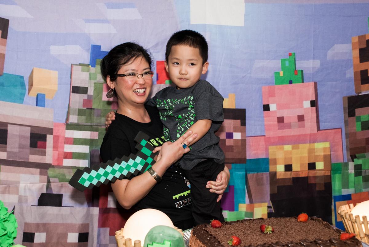 foto mãe e filho no Buffet Vila Party, Moema, São Paulo, aniversario de Eduardo 6 anos, tema da festa Mini Craft