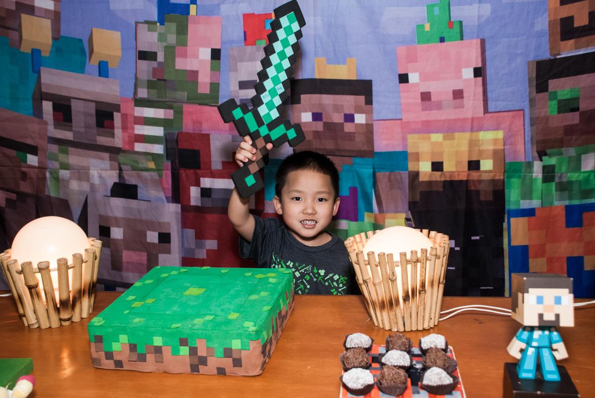 erguendo a espada do herói no Buffet Vila Party, Moema, São Paulo, aniversario de Eduardo 6 anos, tema da festa Mini Craft