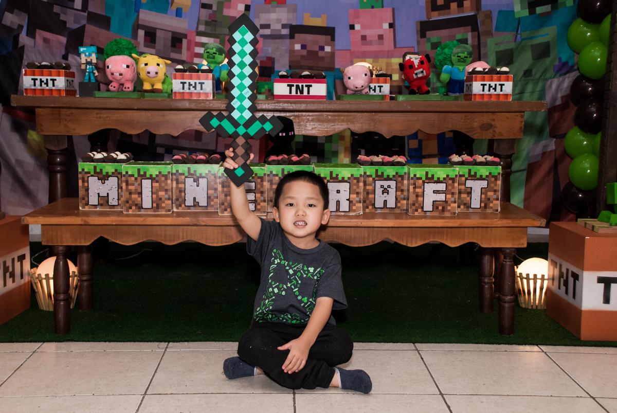 posando para foto no Buffet Vila Party, Moema, São Paulo, aniversario de Eduardo 6 anos, tema da festa Mini Craft