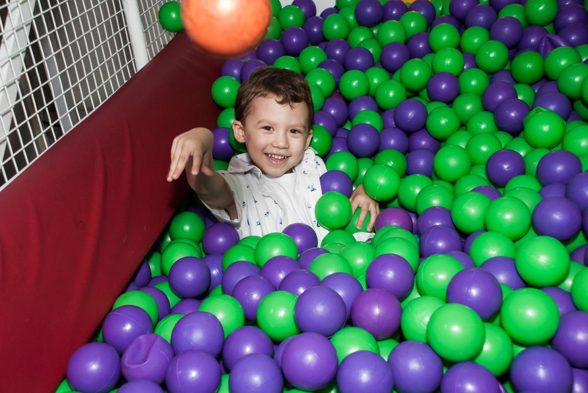 jogando bolinhas para cima no Buffet Fábrica da Alegria, Osasco, aniversário de Arthur 4 anos, tema da festa Patrulha Canina