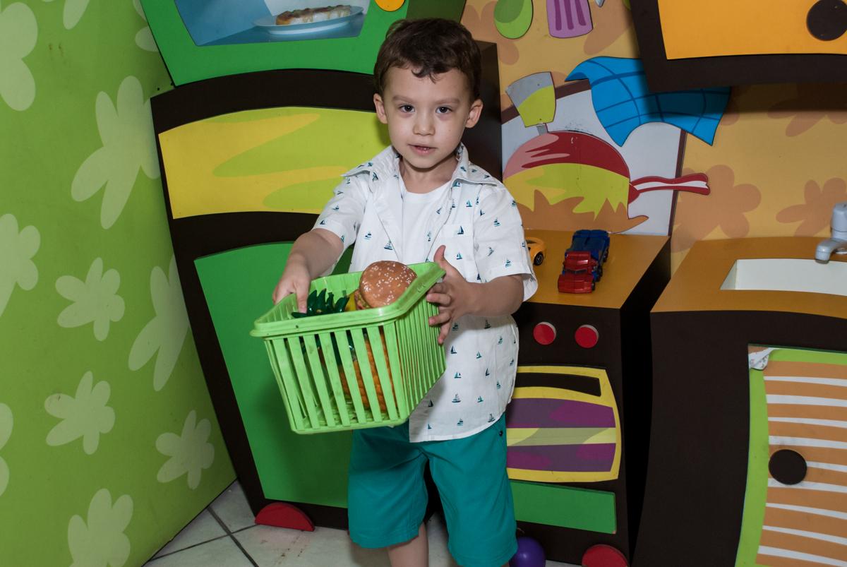 fazendo compras no mercadinho no Buffet Fábrica da Alegria, Osasco, aniversário de Arthur 4 anos, tema da festa Patrulha Canina