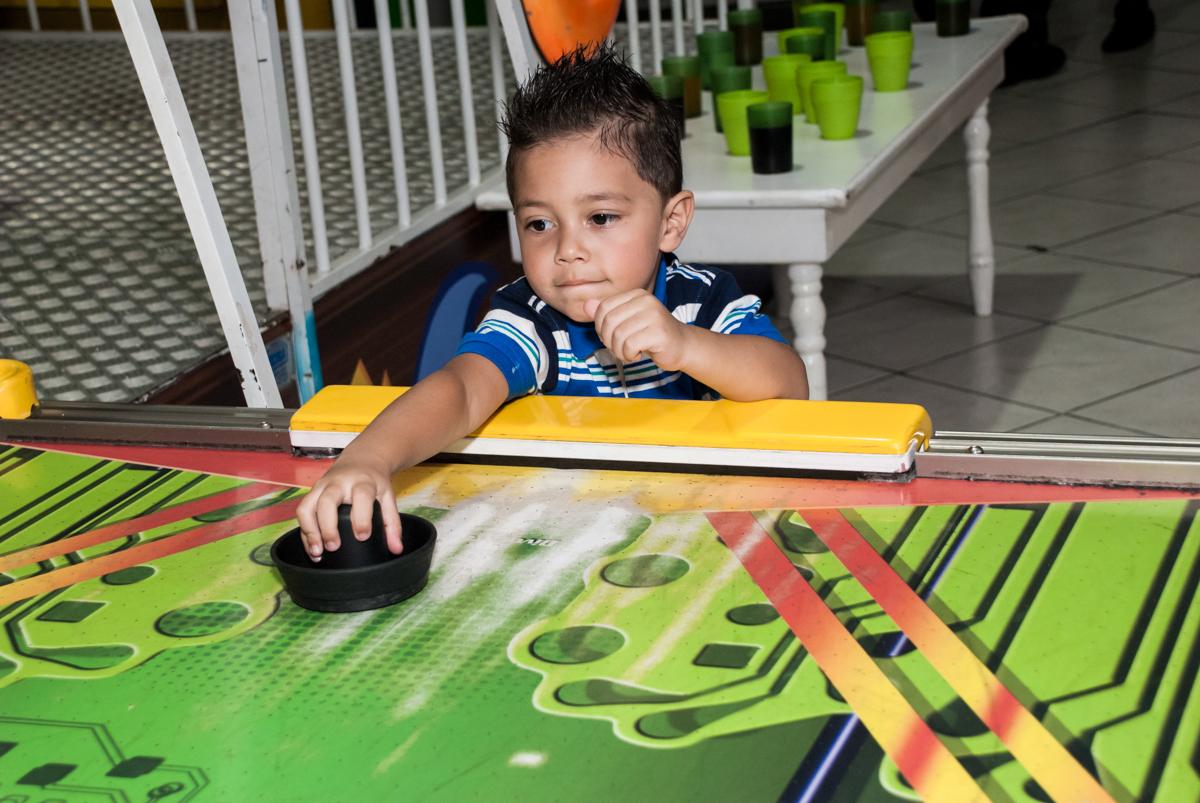 adversário se defende no jogo de futebol no Buffet Fábrica da Alegria, Osasco, aniversário de Arthur 4 anos, tema da festa Patrulha Canina
