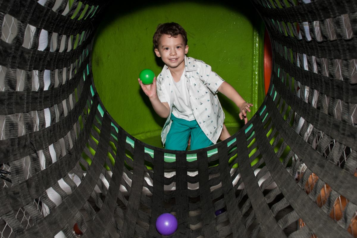 brincando com bolinhas no tunel no Buffet Fábrica da Alegria, Osasco, aniversário de Arthur 4 anos, tema da festa Patrulha Canina