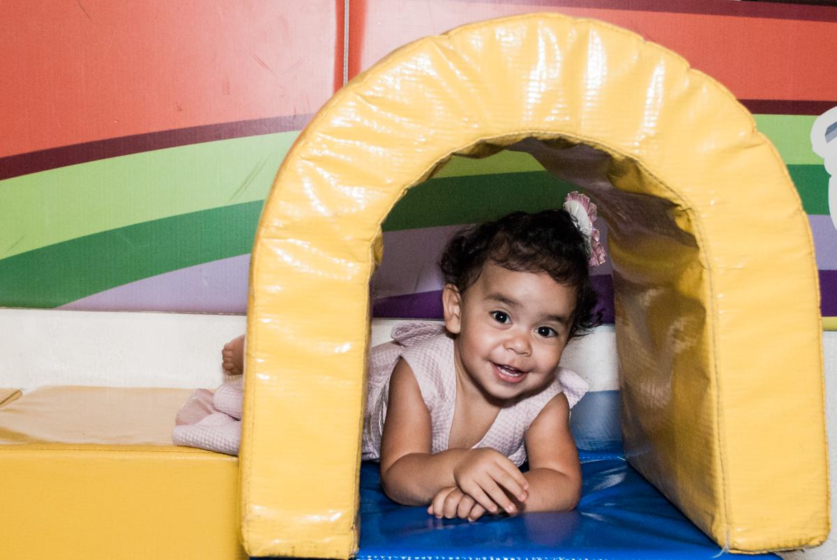 A amiga brinca na área baby no Buffet Fábrica da Alegria, Osasco, aniversário de Arthur 4 anos, tema da festa Patrulha Canina