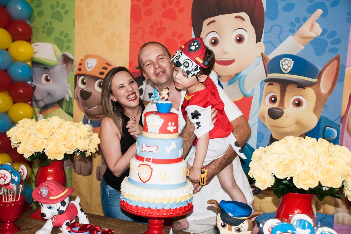 soprando a vela do bolo no Buffet Fábrica da Alegria, Osasco, aniversário de Arthur 4 anos, tema da festa Patrulha Canina