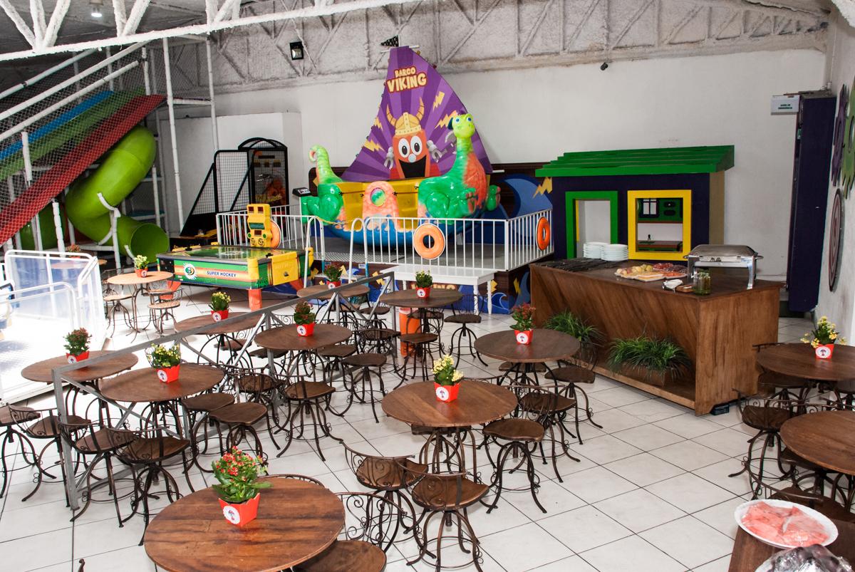 mesas decoradas com bexigas no Buffet Fábrica da Alegria, Osasco, aniversário de Arthur 4 anos, tema da festa Patrulha Canina