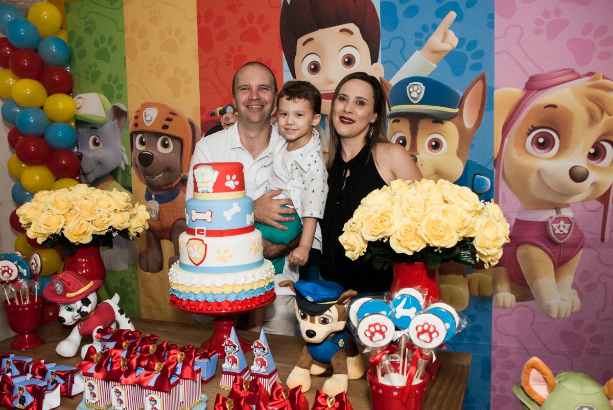 fotografia da família na mesa temática no Buffet Fábrica da Alegria, Osasco, aniversário de Arthur 4 anos, tema da festa Patrulha Canina