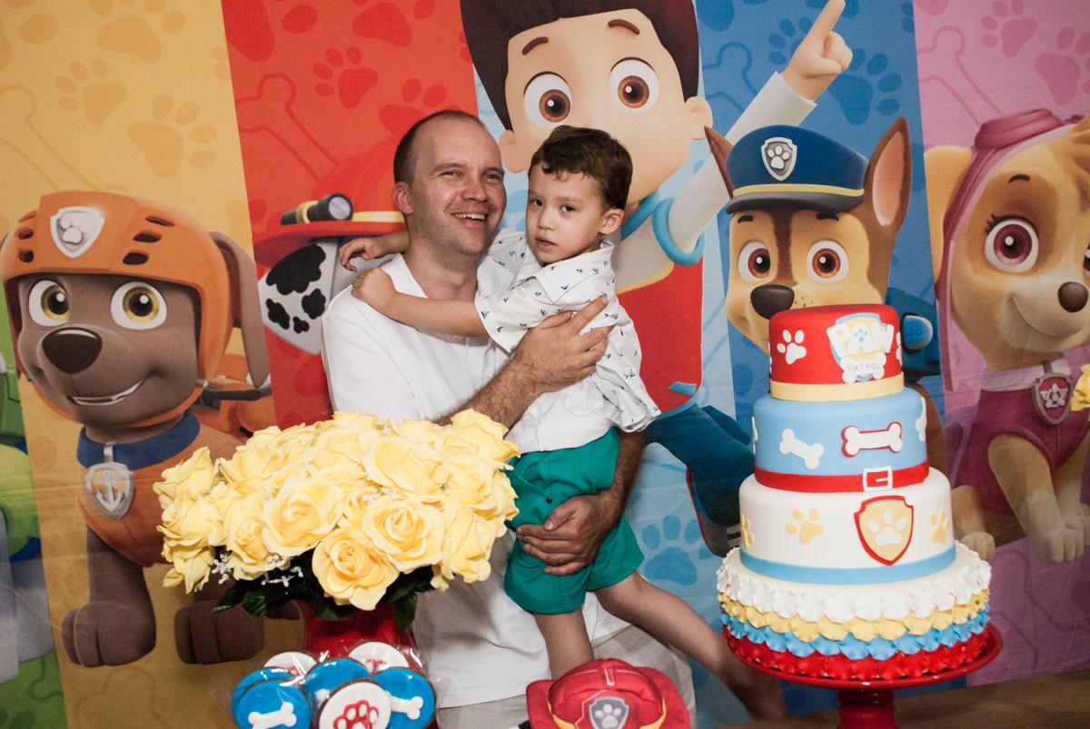 foto pai e filho no Buffet Fábrica da Alegria, Osasco, aniversário de Arthur 4 anos, tema da festa Patrulha Canina