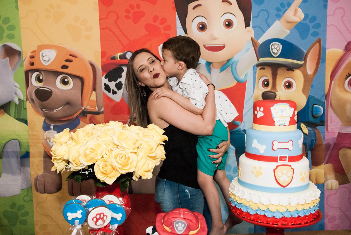 foto mãe e filho no Buffet Fábrica da Alegria, Osasco, aniversário de Arthur 4 anos, tema da festa Patrulha Canina