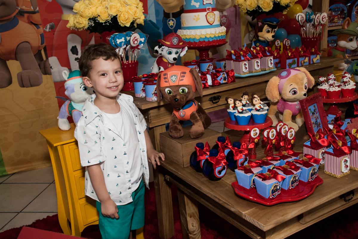posando para a foto no Buffet Fábrica da Alegria, Osasco, aniversário de Arthur 4 anos, tema da festa Patrulha Canina