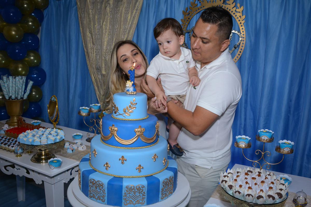 soprando a vela do bolo no Buffet Fábrica da Alegria, Osaco, São Paulo, aniversário de Kenji Sussumo, tema da festa urso realeza