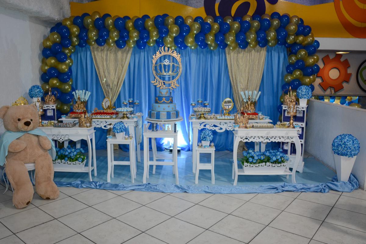 mesa decorada com o tema no Buffet Fábrica da Alegria, Osaco, São Paulo, aniversário de Kenji Sussumo, tema da festa urso realeza