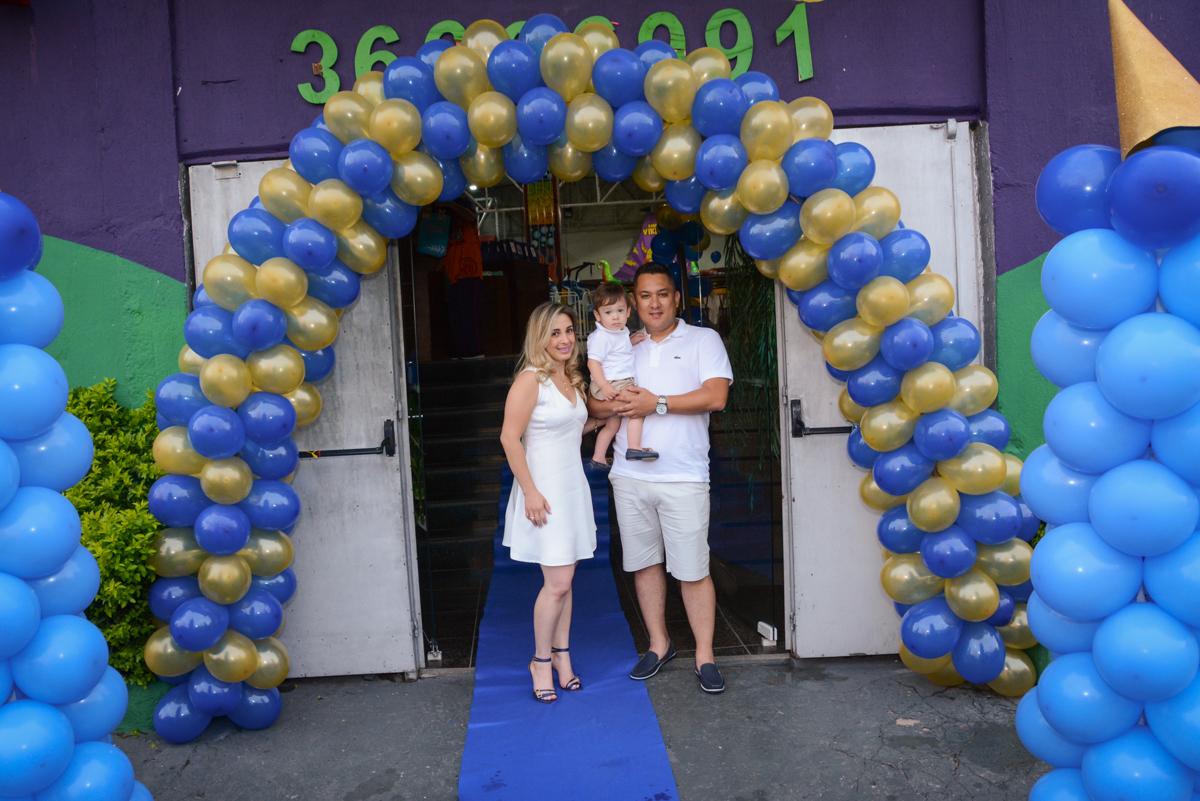 fotografia da família no arco de bexigas no Buffet Fábrica da Alegria, Osaco, São Paulo, aniversário de Kenji Sussumo, tema da festa urso realeza