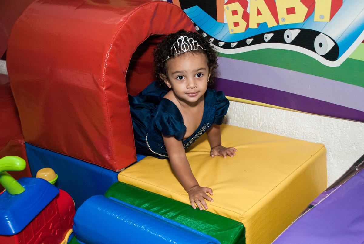 brincando na área baby no Buffet Fábrica da Alegria, Morumbi, São Paulo, aniversário de Mariana 2 anos, tema da festa Branca de Neve
