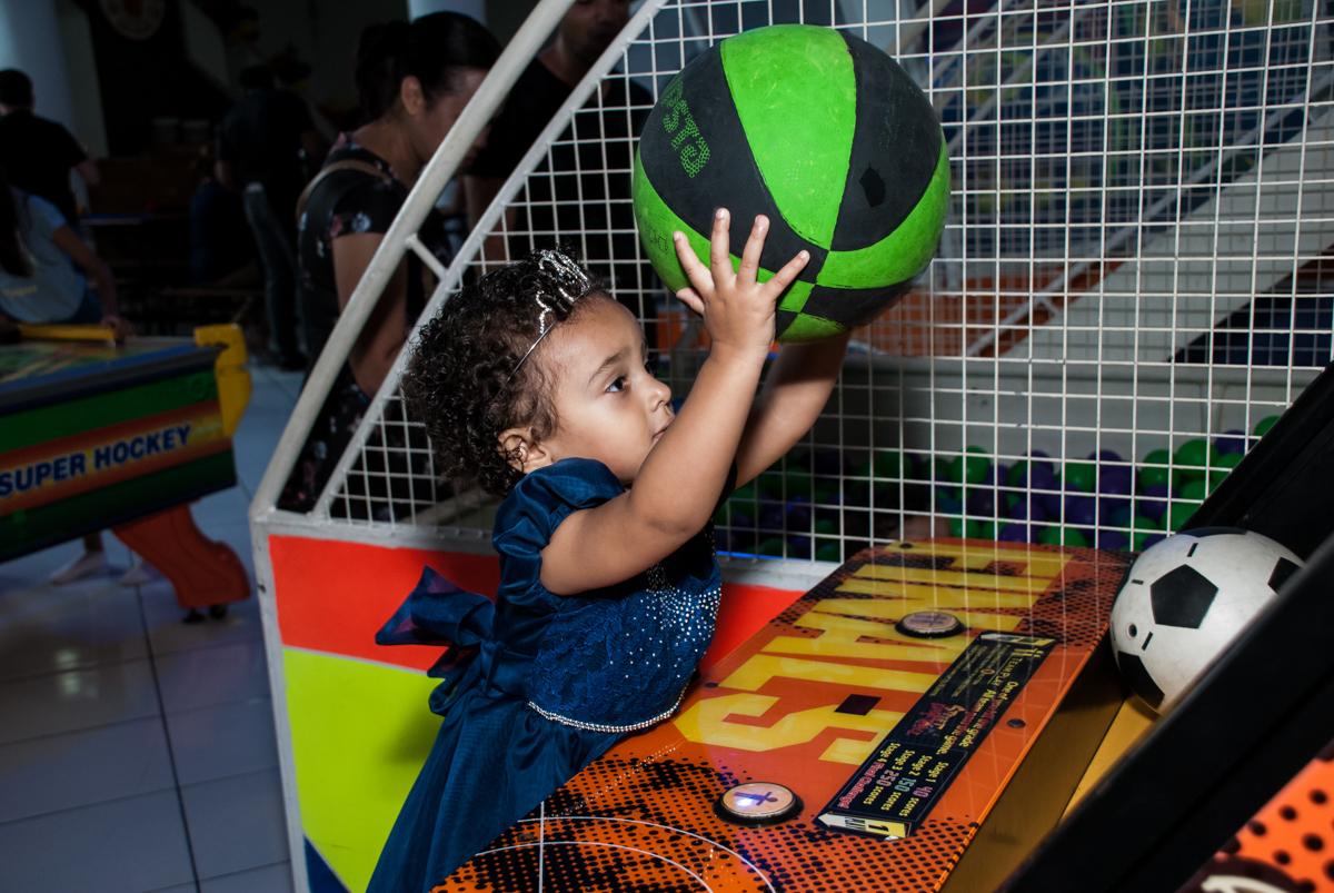 jogo de basquete divertido no Buffet Fábrica da Alegria, Morumbi, São Paulo, aniversário de Mariana 2 anos,  tema da festa Branca de Neve