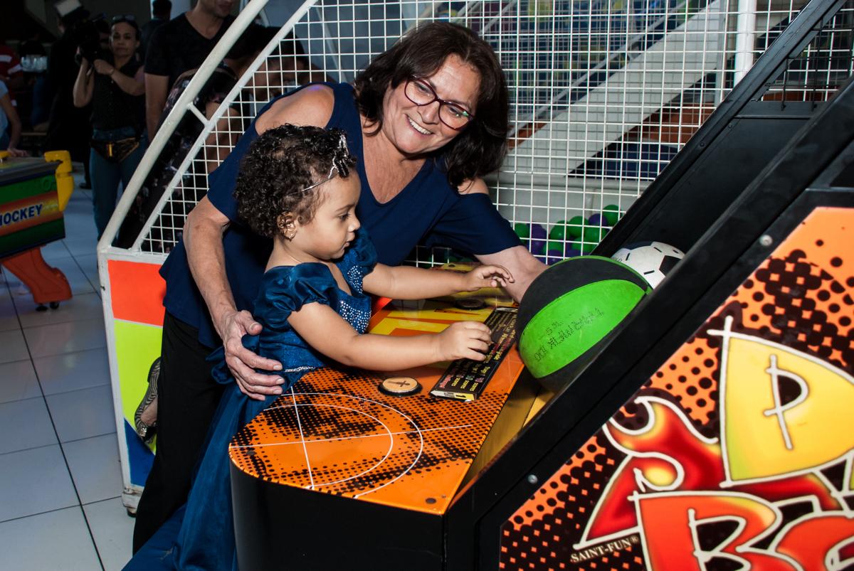 jogando basquete com a vovó no Buffet Fábrica da Alegria, Morumbi, São Paulo, aniversário de Mariana 2 anos, tema da festa Branca de Neve
