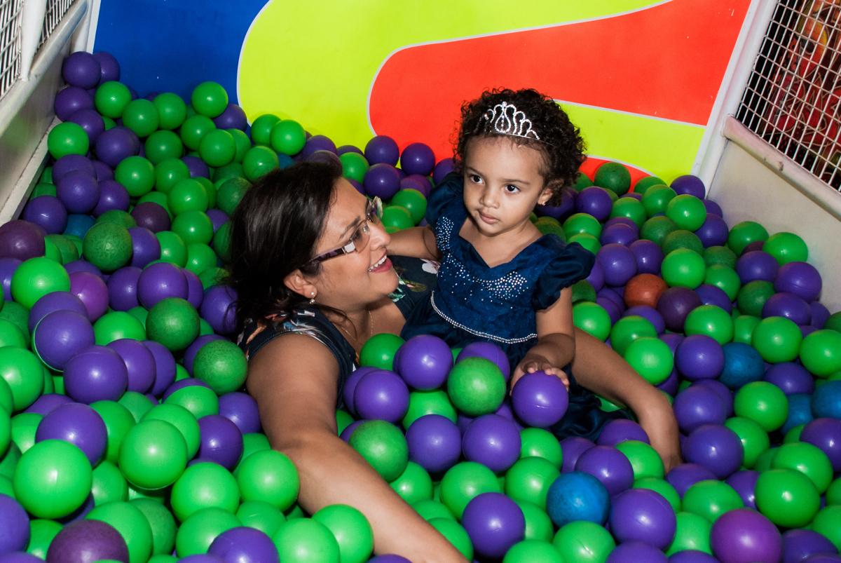 diversão com a mamãe na piscina de bolinha no Buffet Fábrica da Alegria, Morumbi, São Paulo, aniversário de Mariana 2 anos, tema da festa Branca de Neve