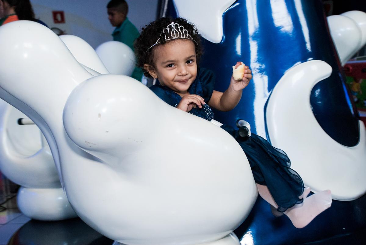 sorrisos no brinquedo carrossel no Buffet Fábrica da Alegria, Morumbi, São Paulo, aniversário de Mariana 2 anos,, tema da festa Branca de Neve