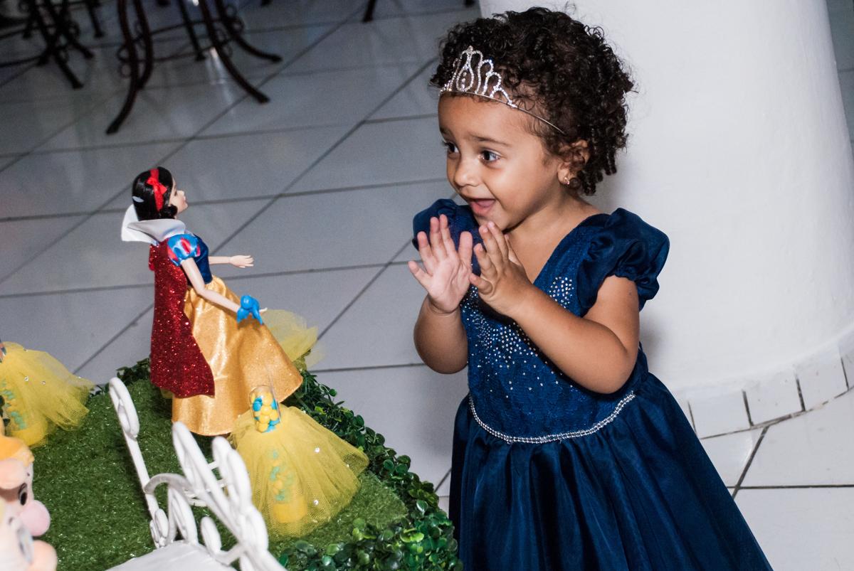 admirando a mesa temática no Buffet Fábrica da Alegria, Morumbi, São Paulo, aniversário de Mariana 2 anos,, tema da festa Branca de Neve