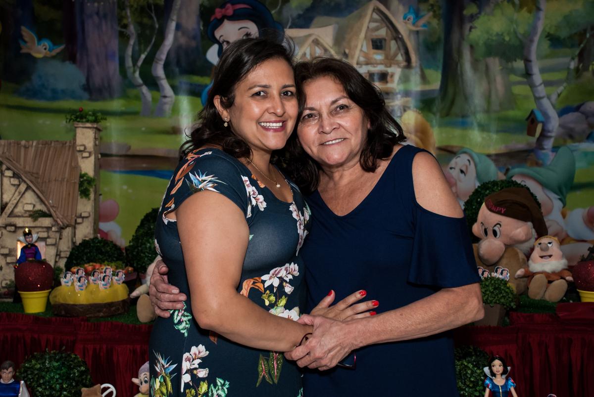 abraço de mãe e filha no Buffet Fábrica da Alegria, Morumbi, São Paulo, aniversário de Mariana 2 anos,, tema da festa Branca de Neve