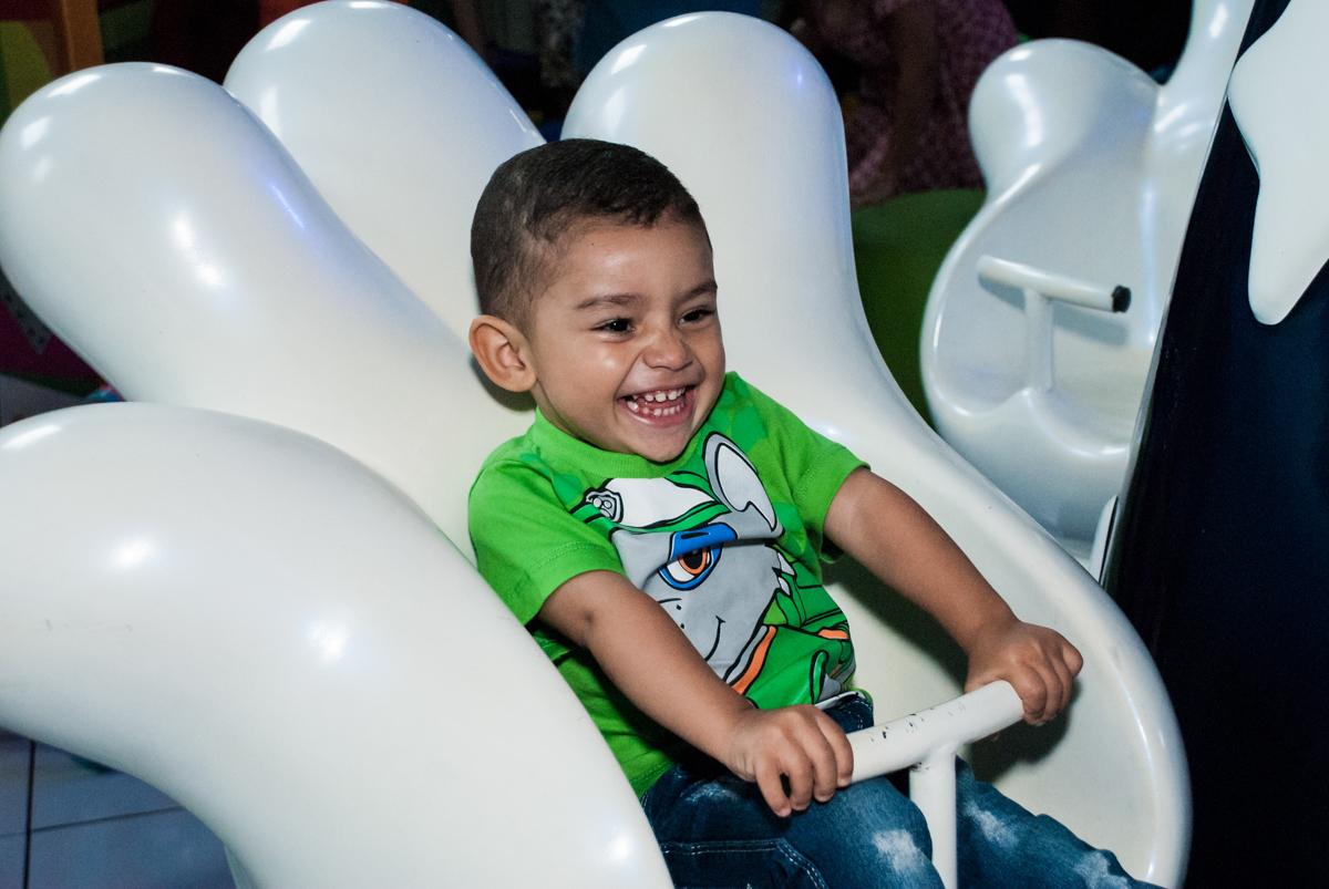 bagunça no carrossel no Buffet Fábrica da Alegria, Morumbi, São Paulo, aniversário de Mariana 2 anos,, tema da festa Branca de Neve