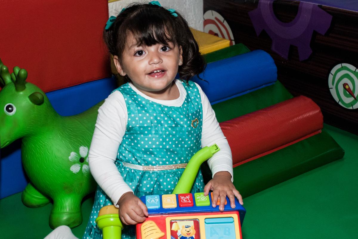 curtição com os brinquedos no Buffet Fábrica da Alegria, Morumbi, São Paulo, aniversário de Mariana 2 anos,, tema da festa Branca de Neve