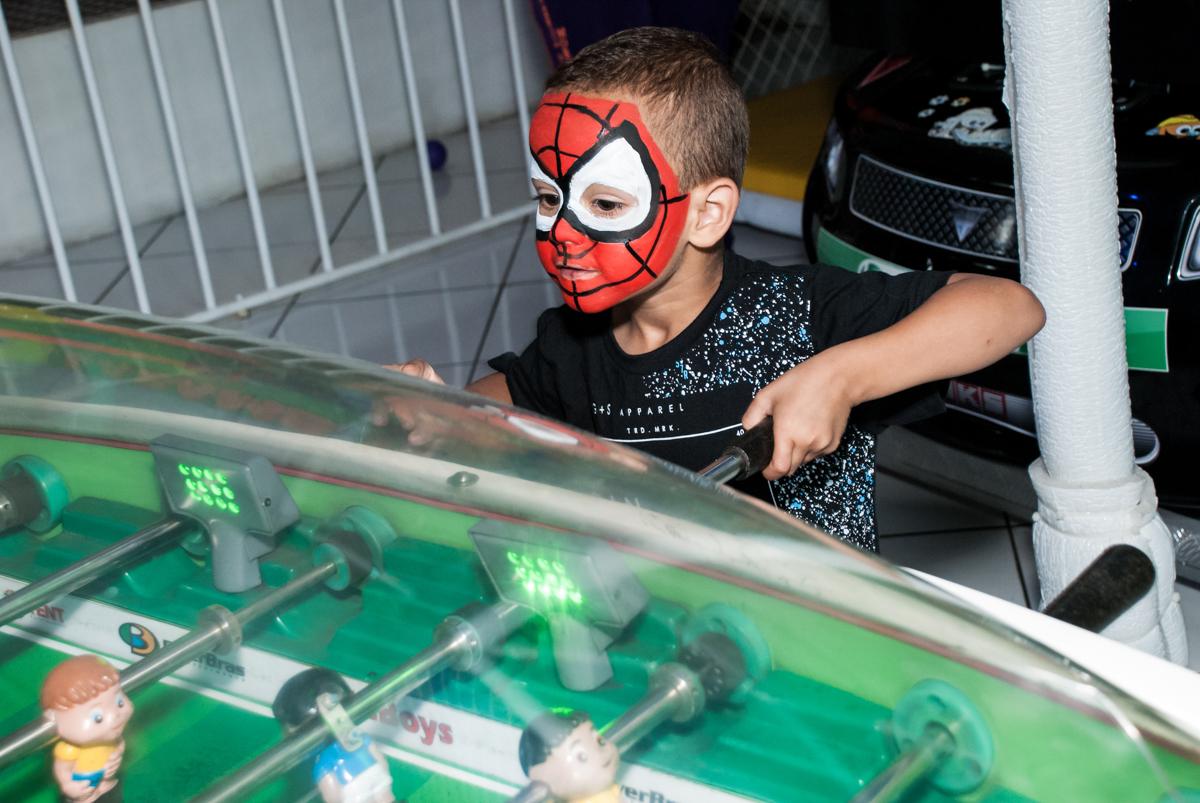 fantasiado de homem aranha no Buffet Fábrica da Alegria, Morumbi, São Paulo, aniversário de Mariana 2 anos,, tema da festa Branca de Neve