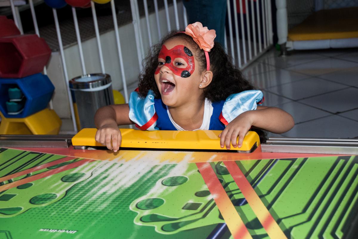 jogo de futebol animado no Buffet Fábrica da Alegria, Morumbi, São Paulo, aniversário de Mariana 2 anos,, tema da festa Branca de Neve