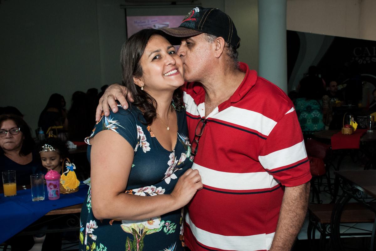 ganhando beijo do pai no Buffet Fábrica da Alegria, Morumbi, São Paulo, aniversário de Mariana 2 anos,, tema da festa Branca de Neve