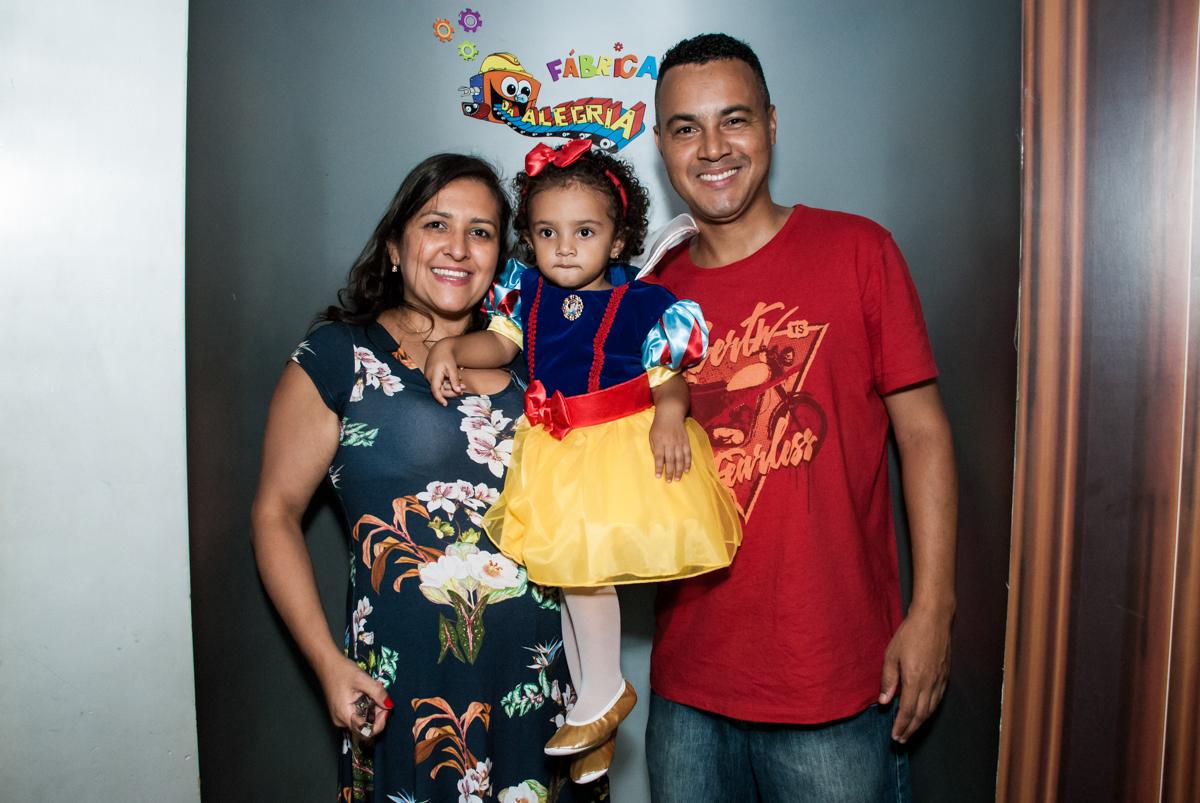 saindo da máquina do parabéns no Buffet Fábrica da Alegria, Morumbi, São Paulo, aniversário de Mariana 2 anos,, tema da festa Branca de Neve