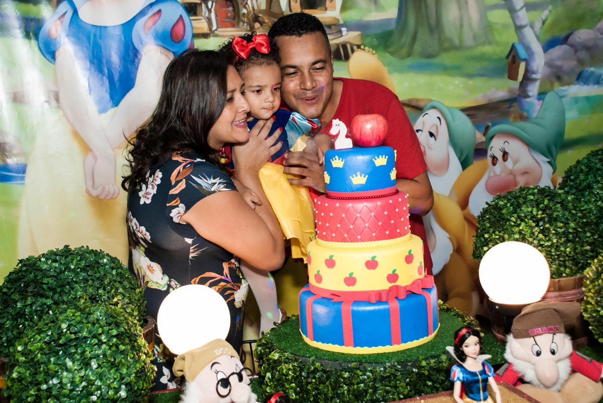 soprando a vela do bolo no Buffet Fábrica da Alegria, Morumbi, São Paulo, aniversário de Mariana 2 anos,, tema da festa Branca de Neve