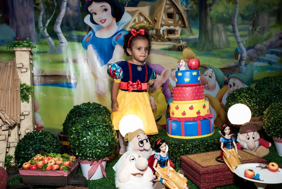 posando para a foto na mesa temática no Buffet Fábrica da Alegria, Morumbi, São Paulo, aniversário de Mariana 2 anos,, tema da festa Branca de Neve