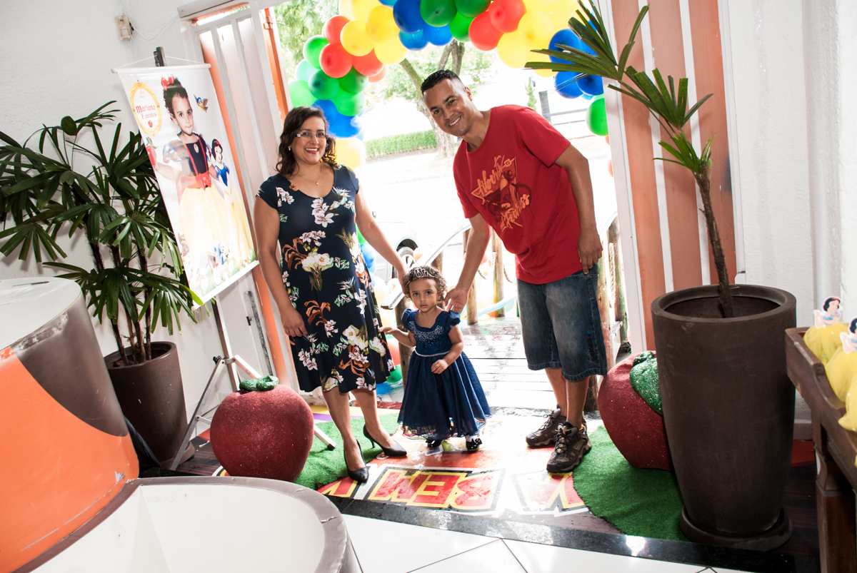 entrada da família no Buffet Fábrica da Alegria, Morumbi, São Paulo, aniversário de Mariana 2 anos, tema da festa Branca de Neve