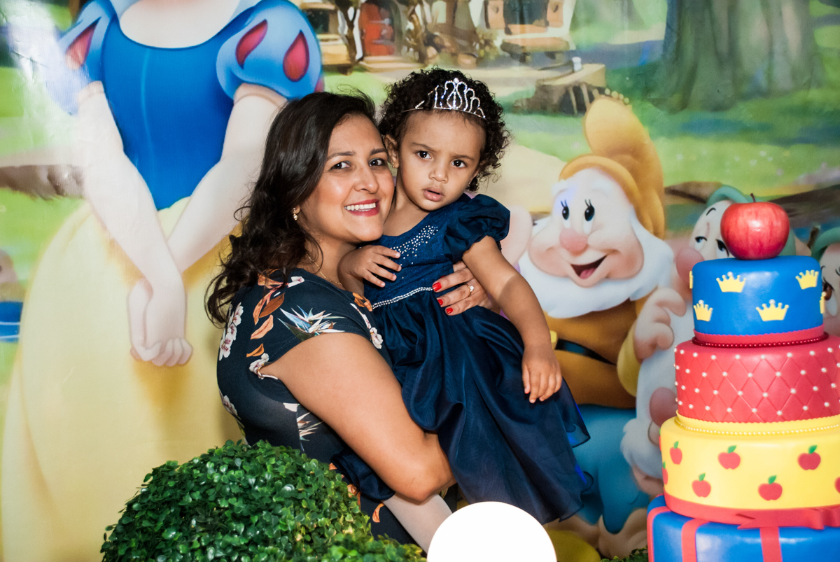 foto mãe e filha no Buffet Fábrica da Alegria, Morumbi, São Paulo, aniversário de Mariana 2 anos, São Paulo, tema da festa Branca de Neve