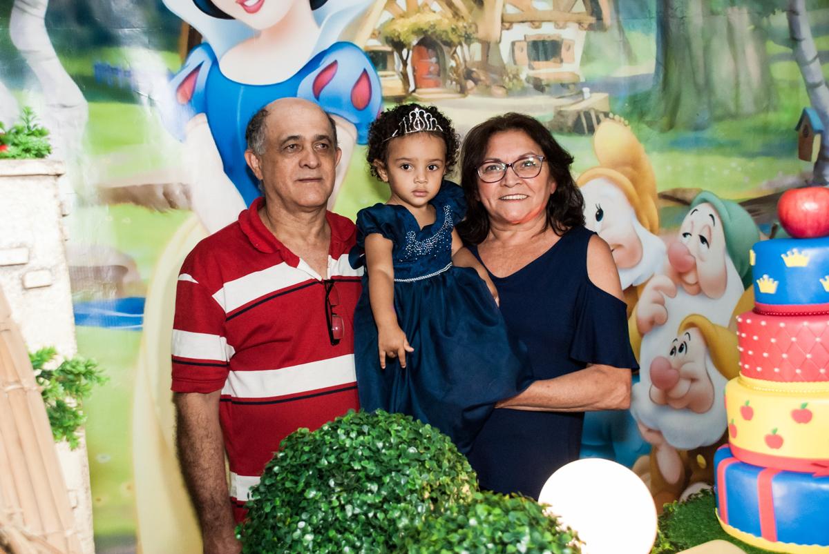 fotografia com os avós no Buffet Fábrica da Alegria, Morumbi, São Paulo, aniversário de Mariana 2 anos, , tema da festa Branca de Neve