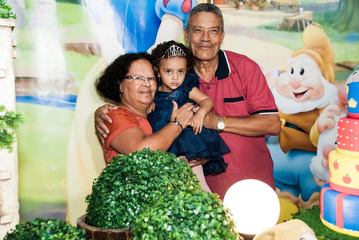 os avós posando para a festa no Buffet Fábrica da Alegria, Morumbi, São Paulo, aniversário de Mariana 2 anos, tema da festa Branca de Neve