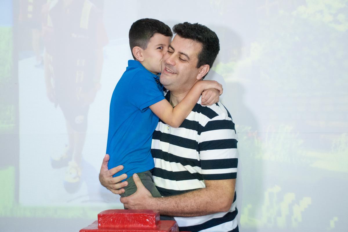 foto pai e filho no Buffet Fábrica da Alegria, Morumbi, São Paulo, aniversario de Pedro Henrique, 7 anos tema da festa mini craft