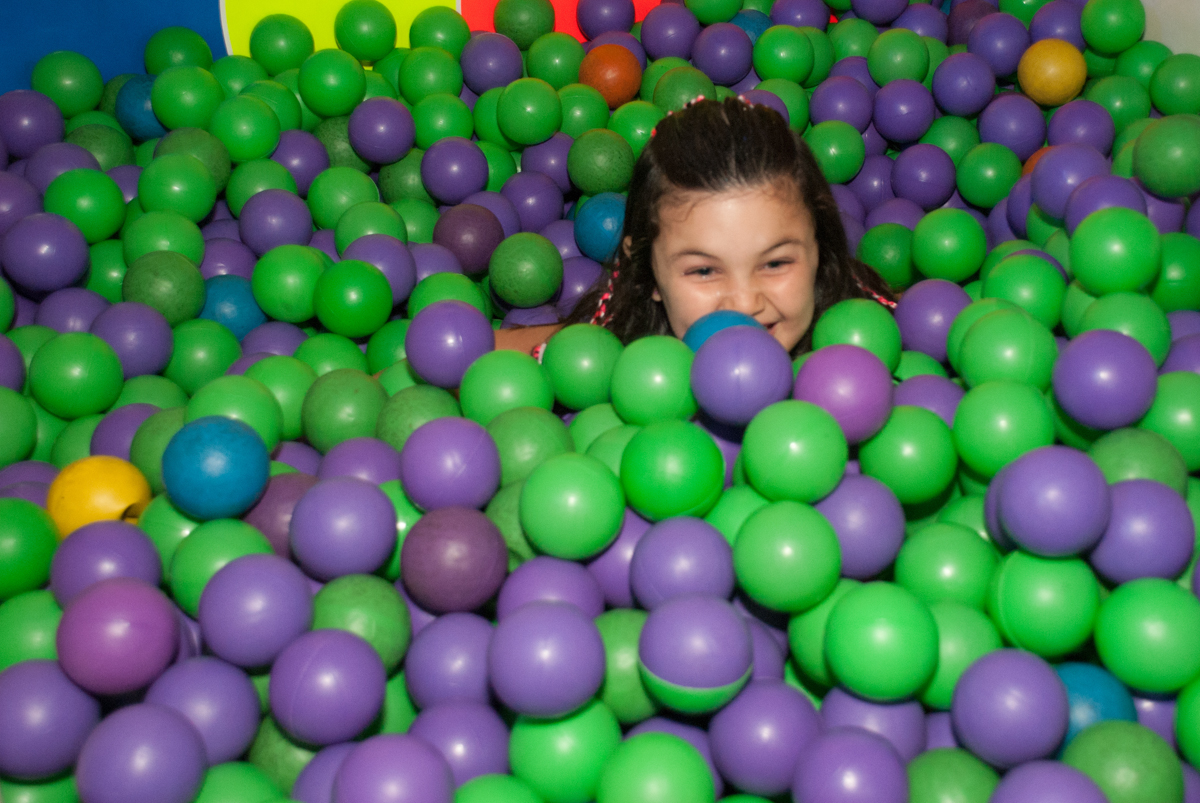 caindo na piscina de bolinhas no Buffet Fábrica da Alegria, Morumbi, São Paulo, aniversario de Pedro Henrique, 7 anos tema da festa mini craft