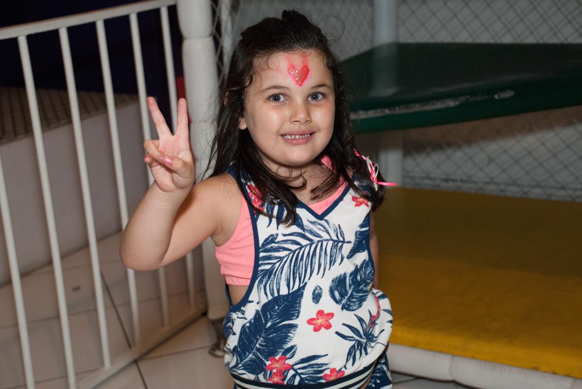 sinal de positivo para o fotografo no Buffet Fábrica da Alegria, Morumbi, São Paulo, aniversario de Pedro Henrique, 7 anos tema da festa mini craft