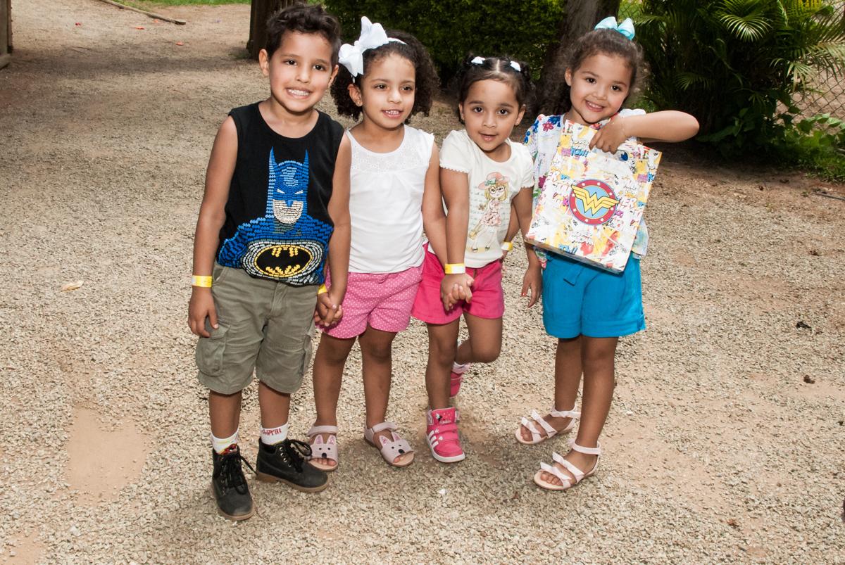 fotografia com os amigos no Buffet Pet Zoo, Cotia, São Paulo, aniversário de Maria Clara 4 anos, Buffet Pet Zoo, Cotia, São Paulo, tema da festa Dora a Aventureira