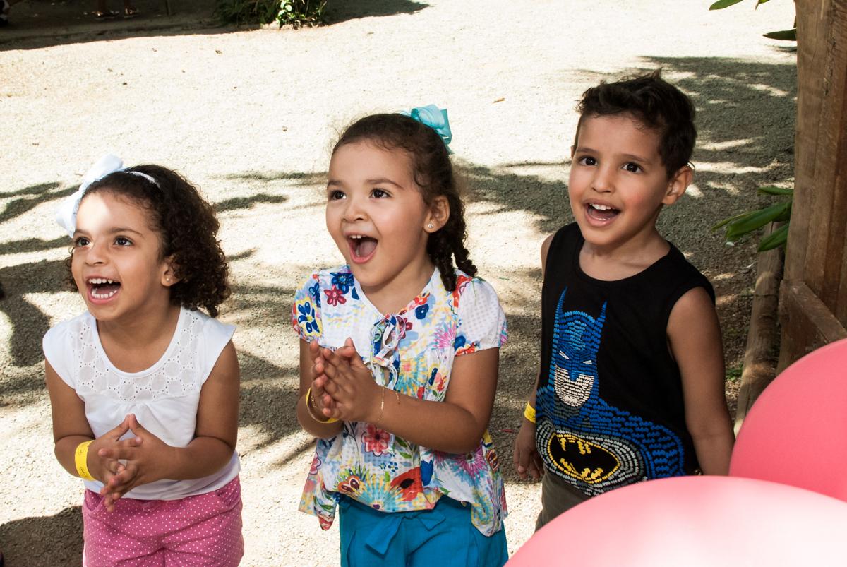 muita alegria nas brincadeiras no Buffet Pet Zoo, Cotia, São Paulo, aniversário de Maria Clara 4 anos, Buffet Pet Zoo, Cotia, São Paulo, tema da festa Dora a Aventureira