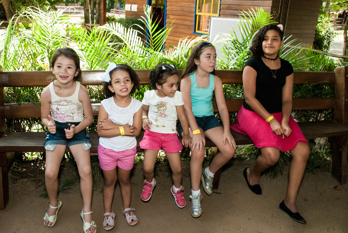 esperando na fila para andar no cavalo no Buffet Pet Zoo, Cotia, São Paulo, aniversário de Maria Clara 4 anos, Buffet Pet Zoo, Cotia, São Paulo, tema da festa Dora a Aventureira