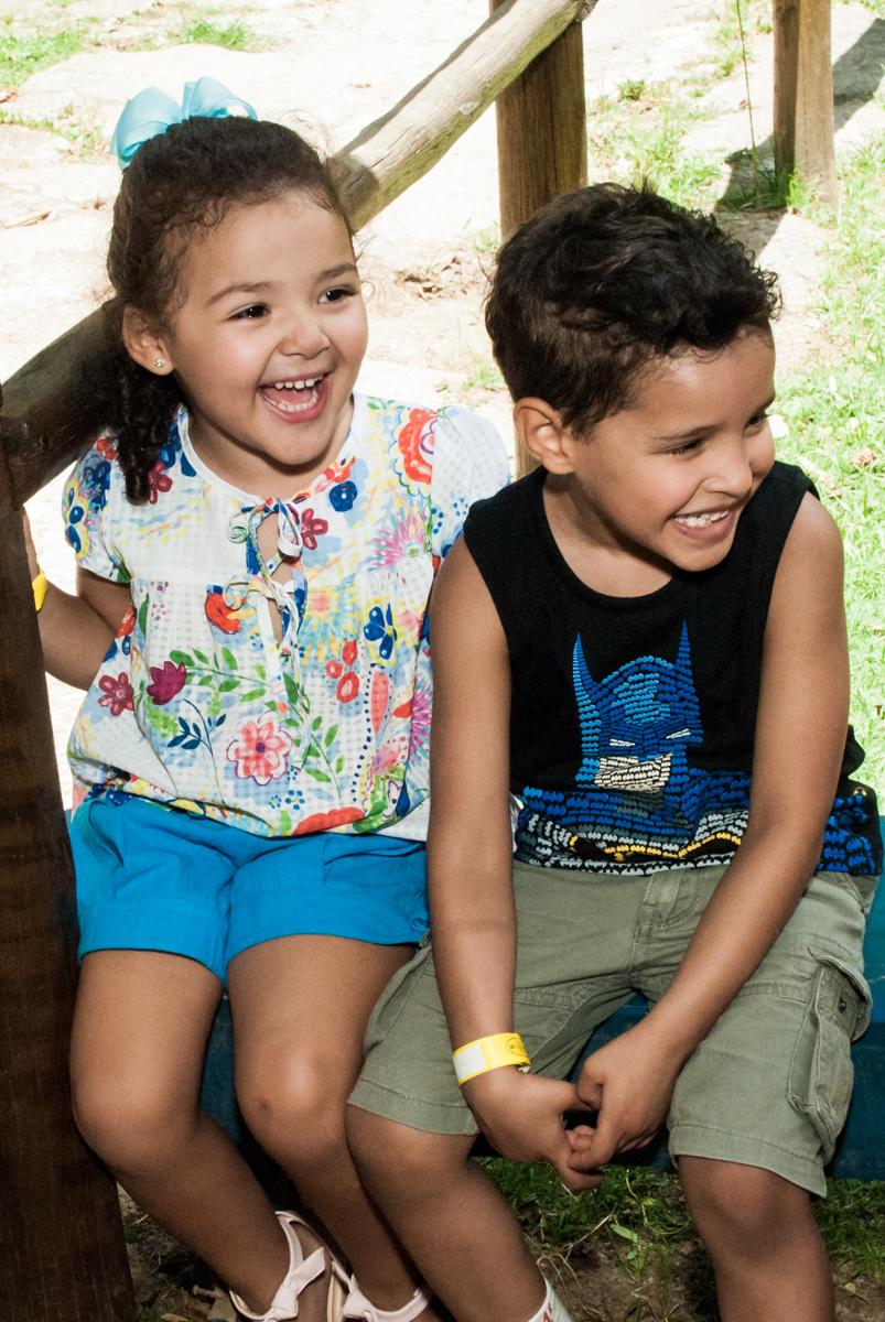 risadas gostosas no Buffet Pet Zoo, Cotia, São Paulo, aniversário de Maria Clara 4 anos, Buffet Pet Zoo, Cotia, São Paulo, tema da festa Dora a Aventureira