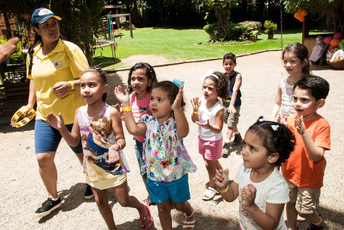 muita bagunça no Buffet Pet Zoo, Cotia, São Paulo, aniversário de Maria Clara 4 anos, Buffet Pet Zoo, Cotia, São Paulo, tema da festa Dora a Aventureira