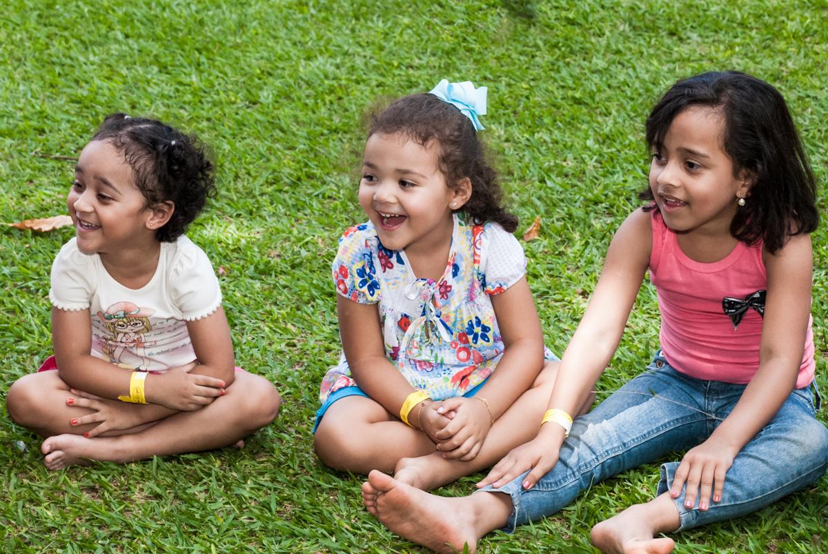 sentada na grama para brincar no Buffet Pet Zoo, Cotia, São Paulo, aniversário de Maria Clara 4 anos, Buffet Pet Zoo, Cotia, São Paulo, tema da festa Dora a Aventureira