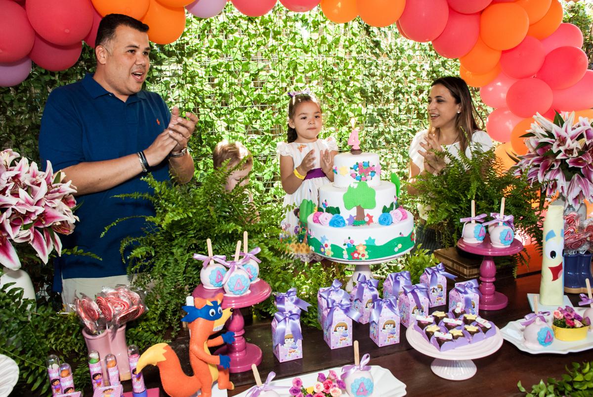 cantando parabéns para você no Buffet Pet Zoo, Cotia, São Paulo, aniversário de Maria Clara 4 anos, Buffet Pet Zoo, Cotia, São Paulo, tema da festa Dora a Aventureira